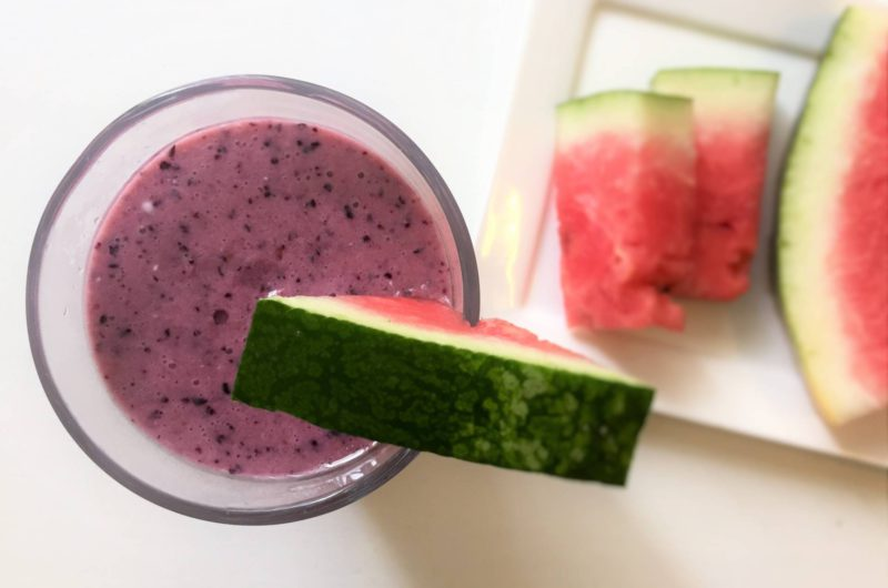 Smoothie met watermeloen en blauwe bessen